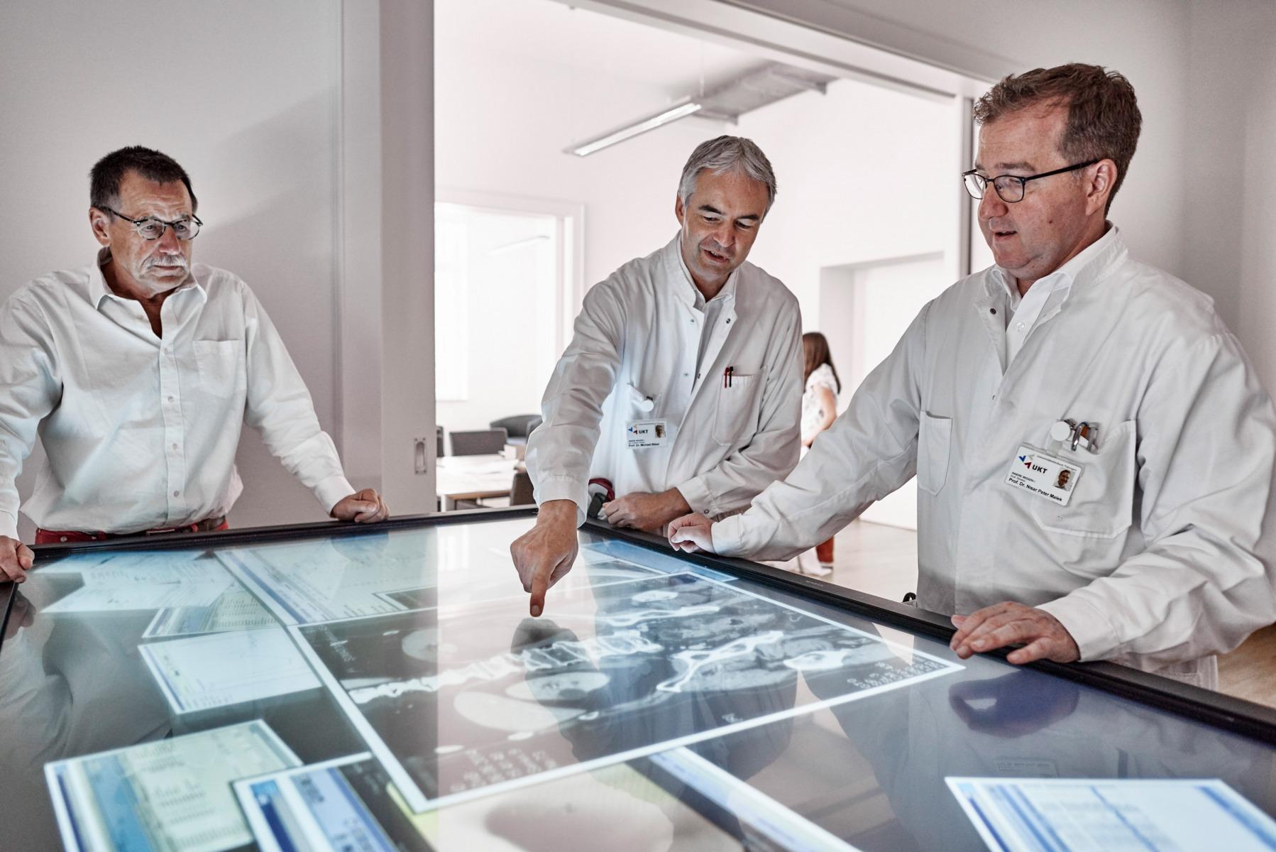 ZPM (Zentrum für personalisierte Medizin) Tübingen: Prof. Nisar Malek mit Kollegen am Touchtable bei der Besprechung von Diagnosen.