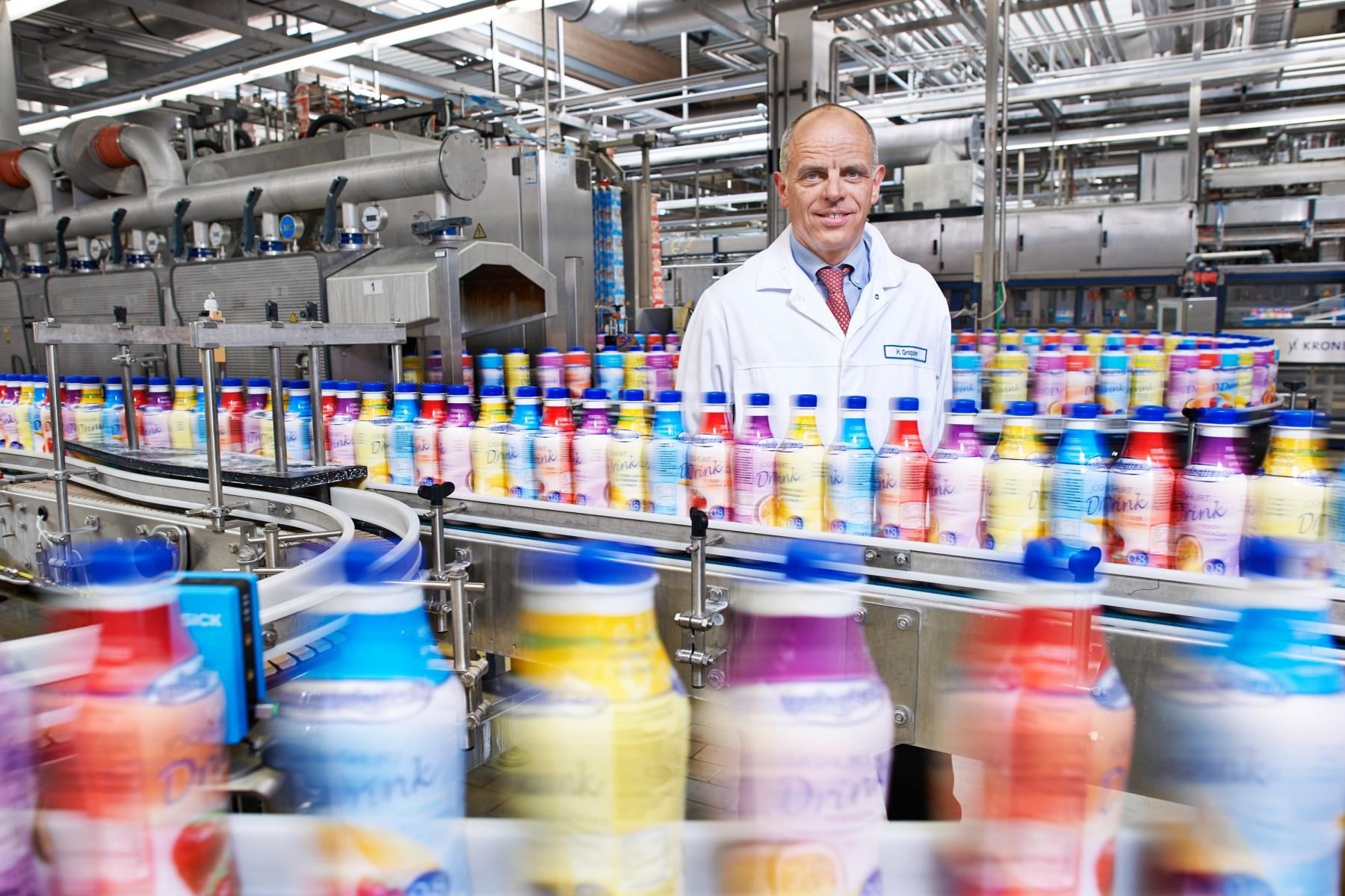 Interview der Wirtschaftswoche - Molkerei-Inhaber Herr Gropper in den Produktionshallen seiner Molkerei in Bissingen