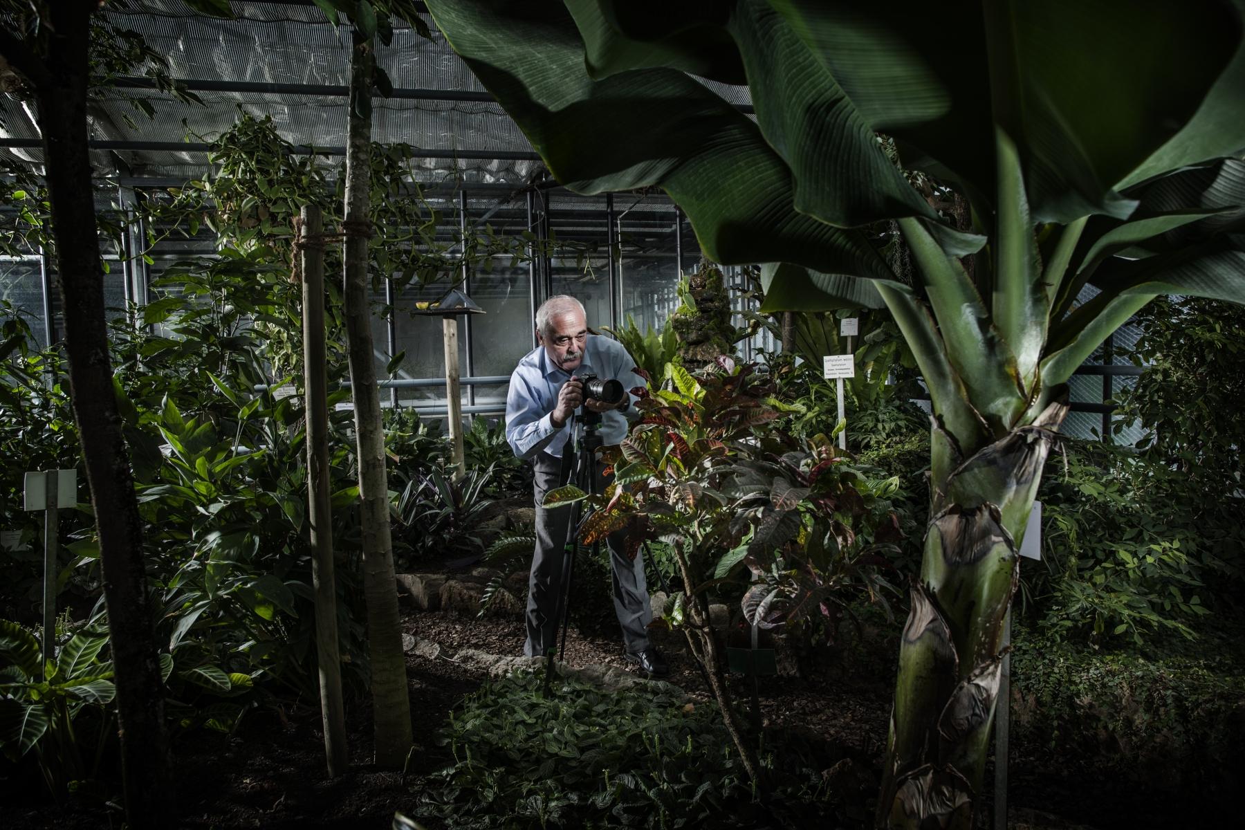 Franz Stempfle - Geschäftsführer der DHU - Deutsche Homöopathie-Union in einem seiner Gewächshäuser - Sein Hobby: Pflanzenfotografie